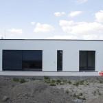 Hotový dom - južný pohľad so sťahujúcimi sa žalúziami